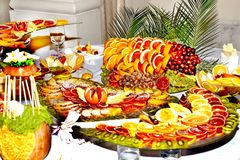 Härlig frukt- ljus blandad skivad frukt på en rik festlig tabell Royaltyfria Foton