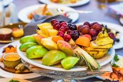 Härlig fruktplatta på den festliga tabellen Royaltyfri Foto