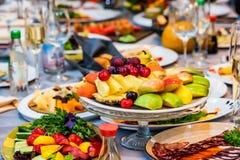 Härlig fruktplatta på den festliga tabellen Royaltyfria Foton