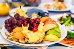 Härlig fruktplatta på den festliga tabellen Fotografering för Bildbyråer