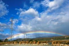 Härlig full dubbel regnbåge över vägen Royaltyfria Bilder