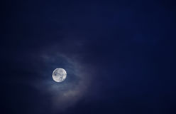 Härlig fullmåne i en himmel mycket av moln 1 Arkivfoto