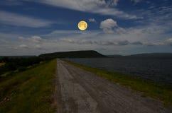 Härlig fullmåne och himmel över fördämningen i aftonen royaltyfri foto