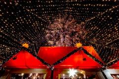 Härlig fullsatt Cologne jul marknadsför royaltyfri bild