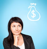 Härlig funderare för ung kvinna om pengar arkivfoton
