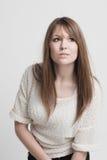 Härlig fundersam ung kvinna fotografering för bildbyråer