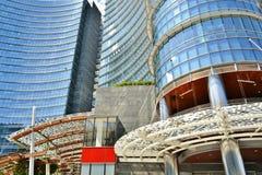 H?rlig futuristisk arkitektur av den Gael Aulenti fyrkanten med nya Unicredit torn arkivbilder