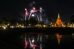 Härlig fyrverkerireflexion över den gamla pagoden Loy Krathong Festi royaltyfri fotografi