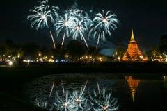 Härlig fyrverkerireflexion över den gamla pagoden Loy Krathong Festi royaltyfria foton
