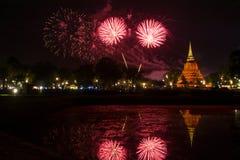 Härlig fyrverkerireflexion över den gamla pagoden Loy Krathong Festi arkivfoto