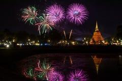 Härlig fyrverkerireflexion över den gamla pagoden Loy Krathong Festi royaltyfri foto