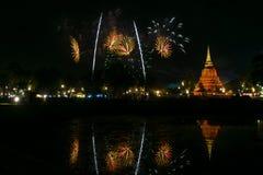 Härlig fyrverkerireflexion över den gamla pagoden Loy Krathong Festi royaltyfri bild