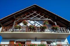 Härlig gästhem med terrassen i Alsace, Frankrike Alpin styl Arkivfoton