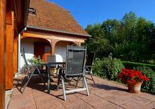 Härlig gästhem med terrassen i Alsace, Frankrike Alpin styl Royaltyfria Foton