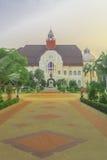 Härlig gångbana till den thailändska kungliga slotten Arkivfoto