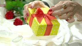Härlig gåvaask i manicured händer