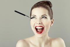 härlig görande makeupståendekvinna Royaltyfria Bilder