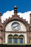 Härlig gammal Art Nouveau byggnad med klockor i Budapest som hängs arkivbilder