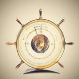 Härlig gammal barometer Formen av rodern Isolerat på en ren vit bakgrund Royaltyfria Bilder