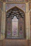 Härlig gammal dekorerad måla mosaik på väggen av den rosa moskén, Iran royaltyfri foto
