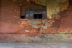 Härlig gammal förstörd tegelstenvägg med fönstret Skadad målarfärg Bakgrund fotografering för bildbyråer