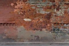 Härlig gammal förstörd tegelstenvägg Skadad målarfärg Bakgrund fotografering för bildbyråer