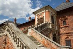 Härlig gammal fasad med en pittoresk trappuppgång Arkivfoto