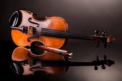 härlig gammal fiol Arkivfoto