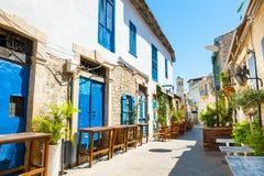 Härlig gammal gata i Limassol, Cypern arkivbild