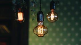 Härlig gammal glödande lampa i form av dekoren Trevligt varmt ljus Enkel atmosf?r lager videofilmer