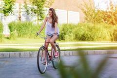 Härlig gammal kvinna med cykeln i en parkera Royaltyfria Foton