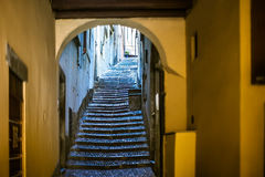 Härlig gammal smal trappa och båge på den Italien gatan Royaltyfri Foto