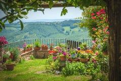 Härlig gammal stad med trädgården i centrala Italien Royaltyfri Bild