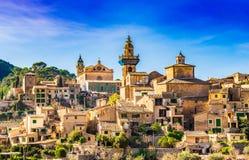 Härlig gammal by Valldemossa på den Majorca ön, Spanien royaltyfria foton