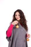 Härlig garnering för brunettkvinnajul Arkivfoto