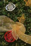 Härlig garnering på den stora julgranen Arkivbild