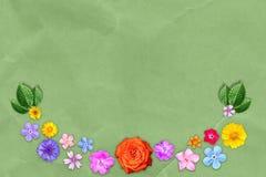 Härlig garneringblommaram med tomt i mitt på grön bakgrund för kraft papper Blom- sammansättning av våren eller sommar fl arkivbild