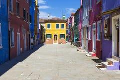 Härlig gata i Burano Arkivbilder
