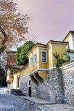 Härlig gata i den gamla staden av Plovdiv, Bulgarien med traditionella hus arkivfoton