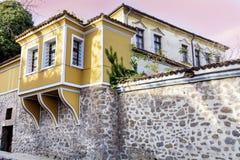 Härlig gata i den gamla staden av Plovdiv, Bulgarien med traditionella hus arkivfoto