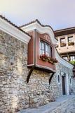 Härlig gata i den gamla staden av Plovdiv, Bulgarien med traditionella hus arkivbild