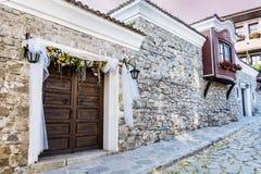 Härlig gata i den gamla staden av Plovdiv, Bulgarien med traditionella hus royaltyfri fotografi