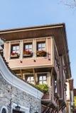 Härlig gata i den gamla staden av Plovdiv, Bulgarien med traditionella hus arkivbilder