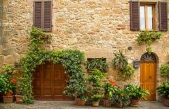 Härlig gata i en liten gammal by Pienza, Tuscany Royaltyfria Foton