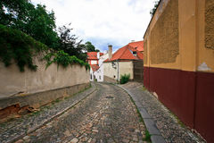 Härlig gata i gamla Prague Royaltyfri Foto