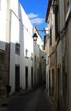 Härlig gata i Lissabon, Portugal Arkivfoton