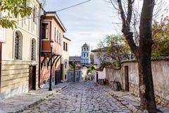 Härlig gata med traditionella hus i den gamla staden av Plovdiv, Bulgarien royaltyfri fotografi