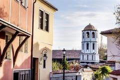 Härlig gata med traditionella hus och klockstapel i den gamla staden av Plovdiv, Bulgarien royaltyfria foton