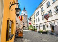 Härlig gata och gamla ljusa byggnader i den gamla staden av Lublin, Polen Royaltyfri Bild