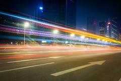 Härlig gata på natten med ljusa slingor Royaltyfri Foto